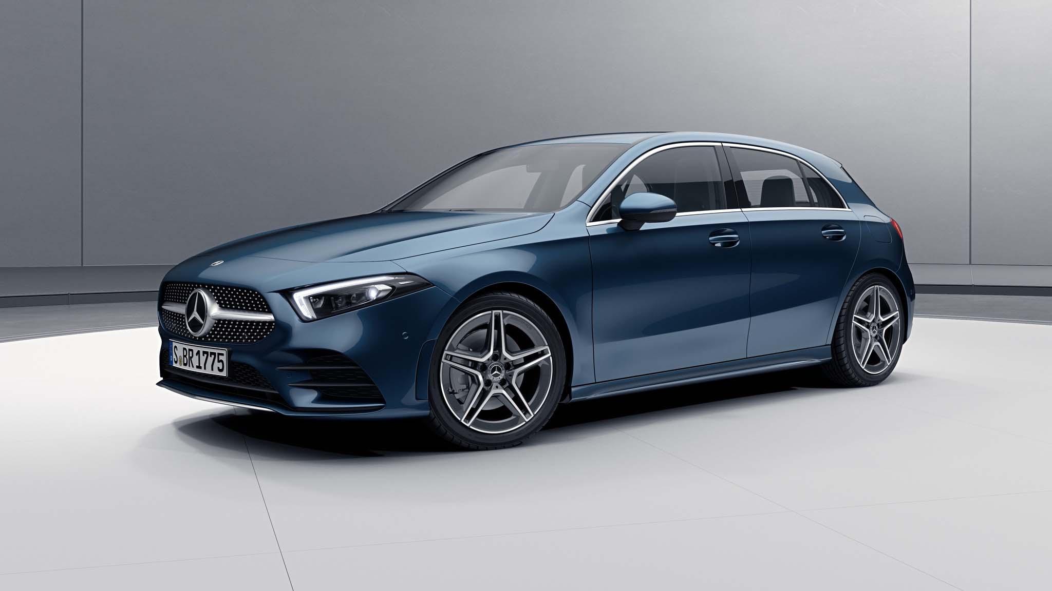 Vue de trois quarts de profil de la Mercedes Classe A avec la peinture Métallisé - Blue Denim