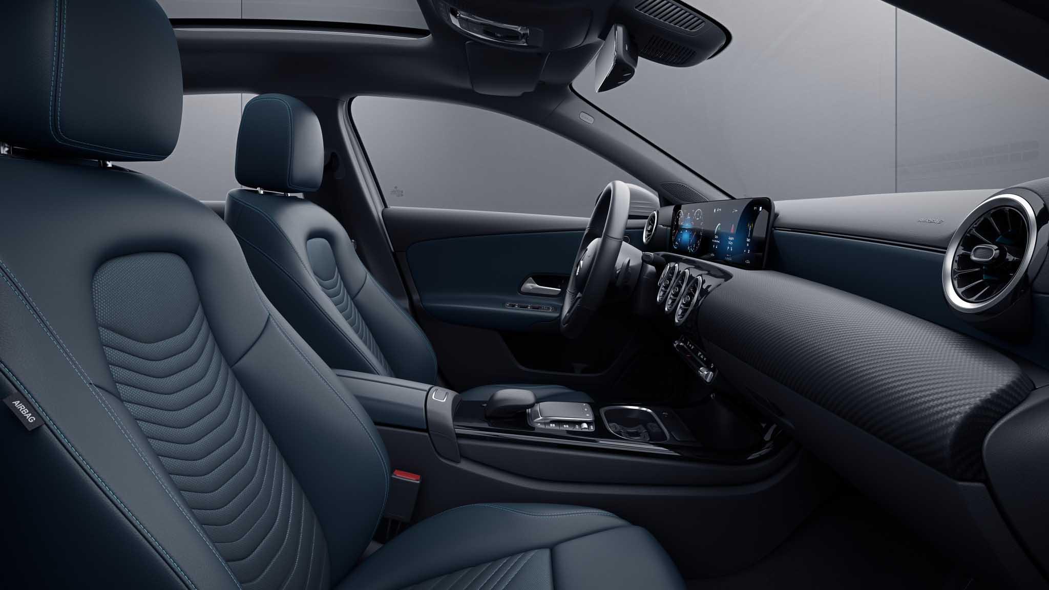 Habitacle de la Mercedes Classe A avec une Sellerie Similicuir Tissu bleu indigo/noir