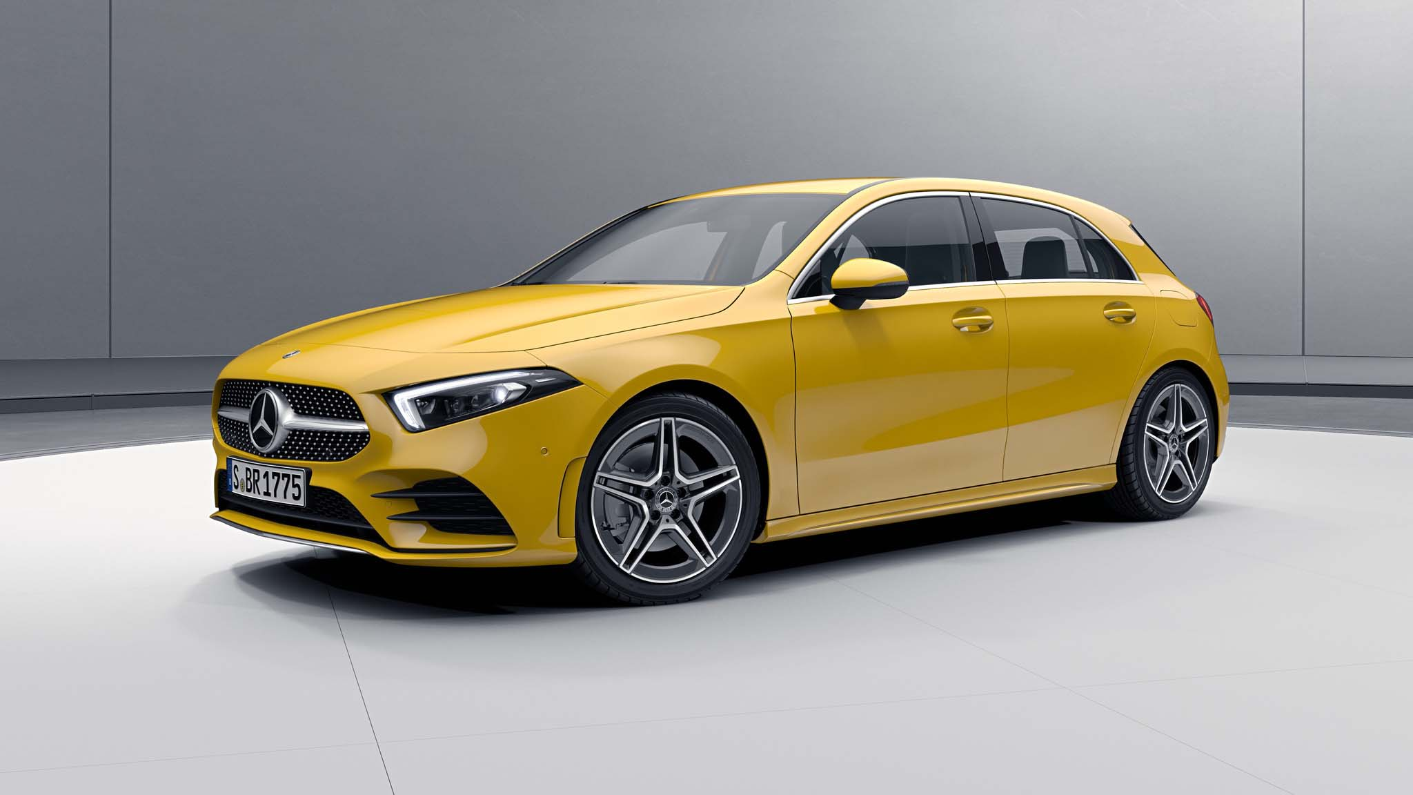 Vue de trois quarts de profil de la Mercedes Classe A avec la peinture standard jaune soleil