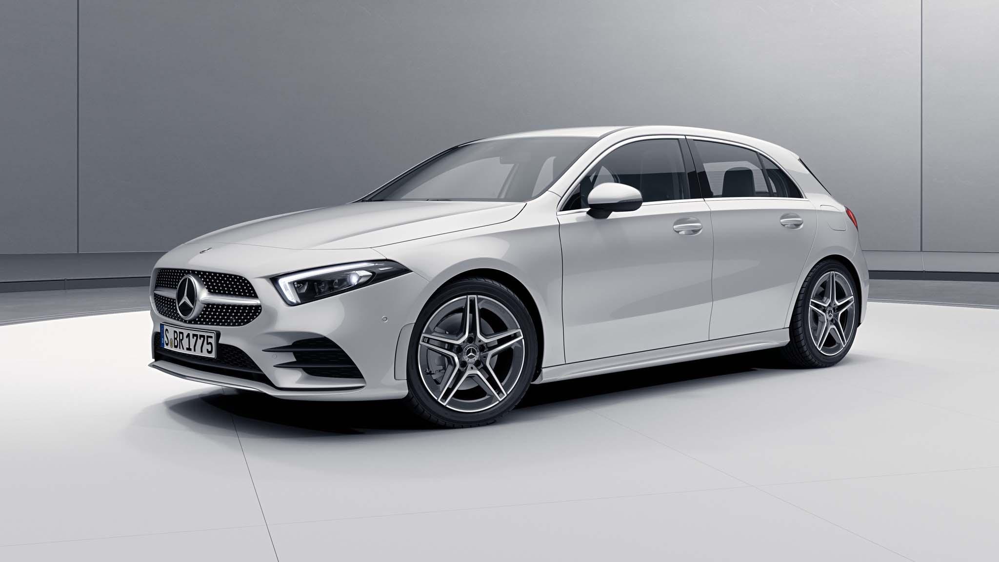Vue de trois quarts de profil de la Mercedes Classe A avec la peinture Métallisé blanc numérique