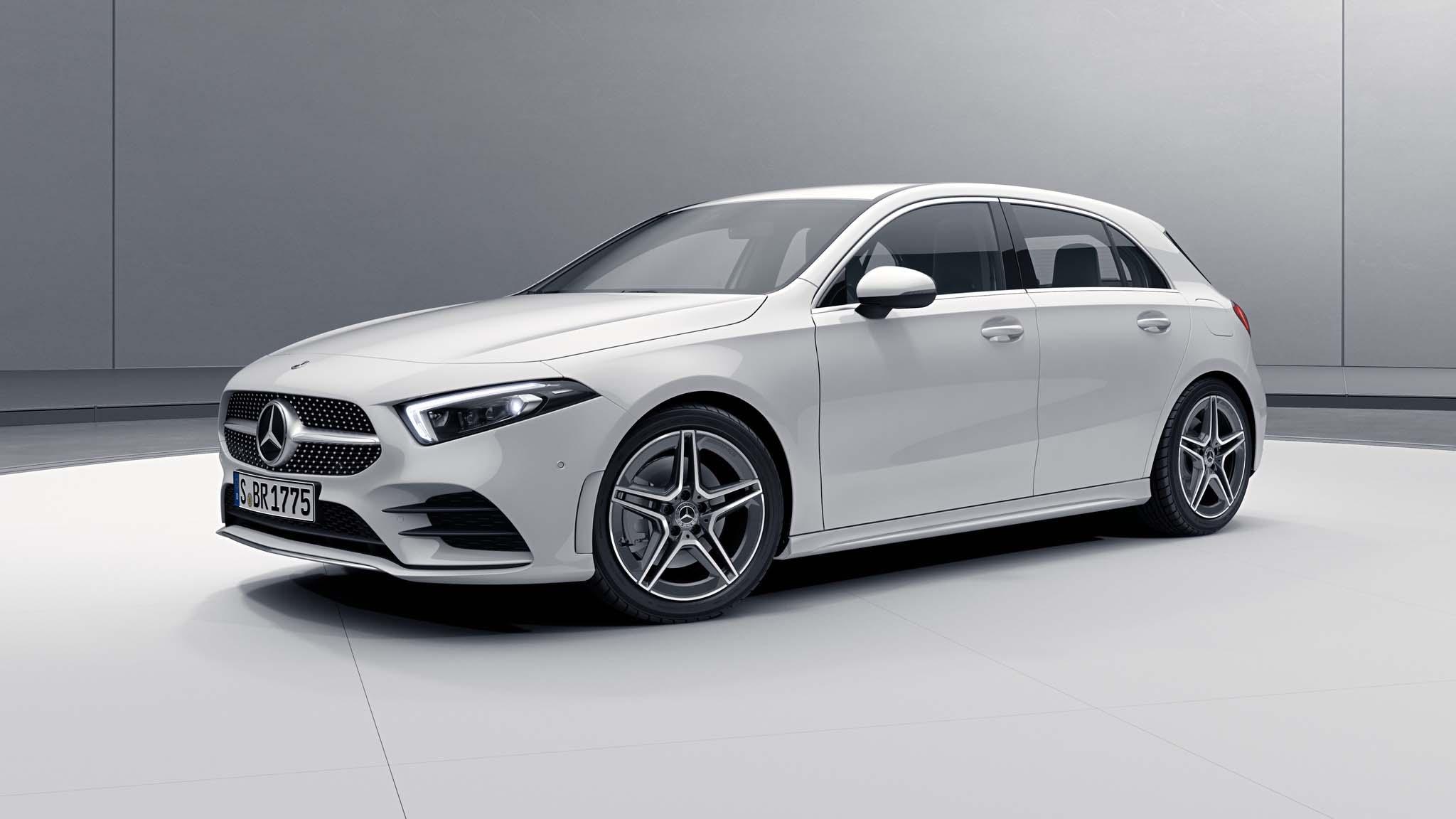 Vue de trois quarts de profil de la Mercedes Classe A avec la peinture Standard Blanc Polaire