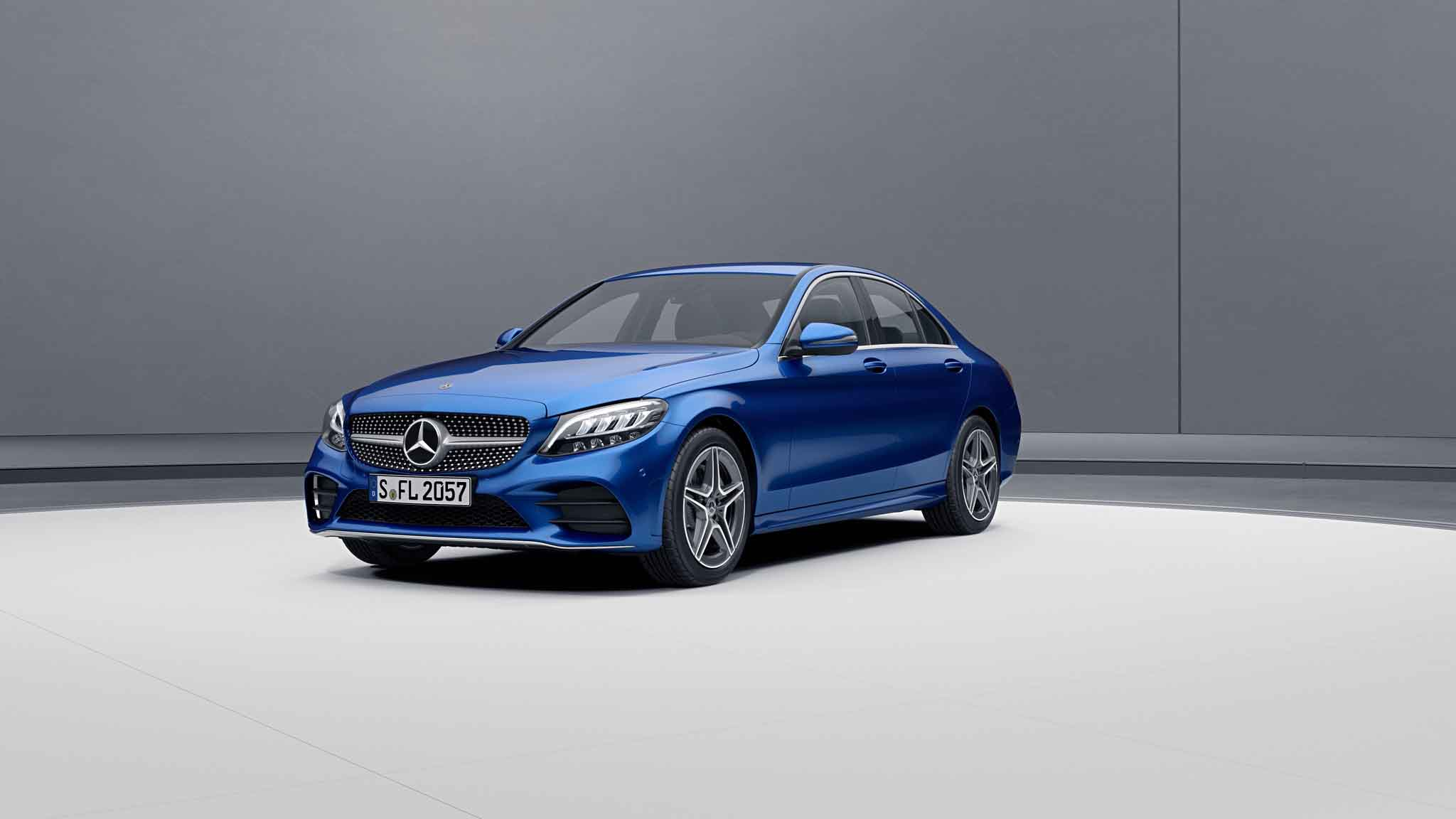 Vue de trois quarts de profil de la Mercedes-Benz Classe C Berline avec la peinture Métallisé - Bleu brillant