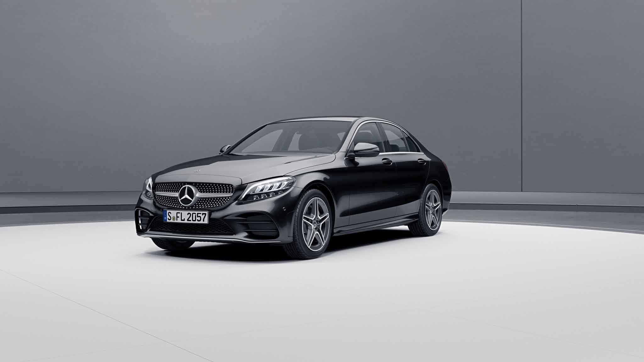 Vue de trois quarts de profil de la Mercedes Classe C Berline avec la peinture Métallisé noir obsidienne