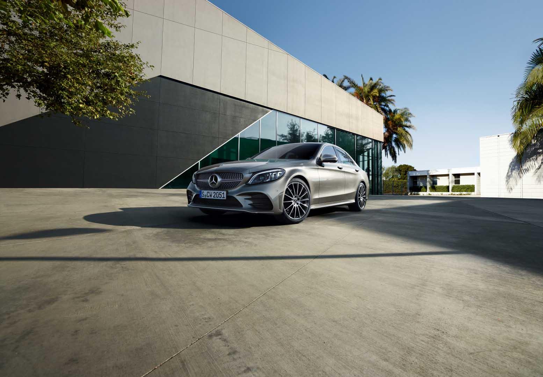 Mercedes Classe C Berline grise à  l'arrêt - vue de trois quarts du profil de l'avant