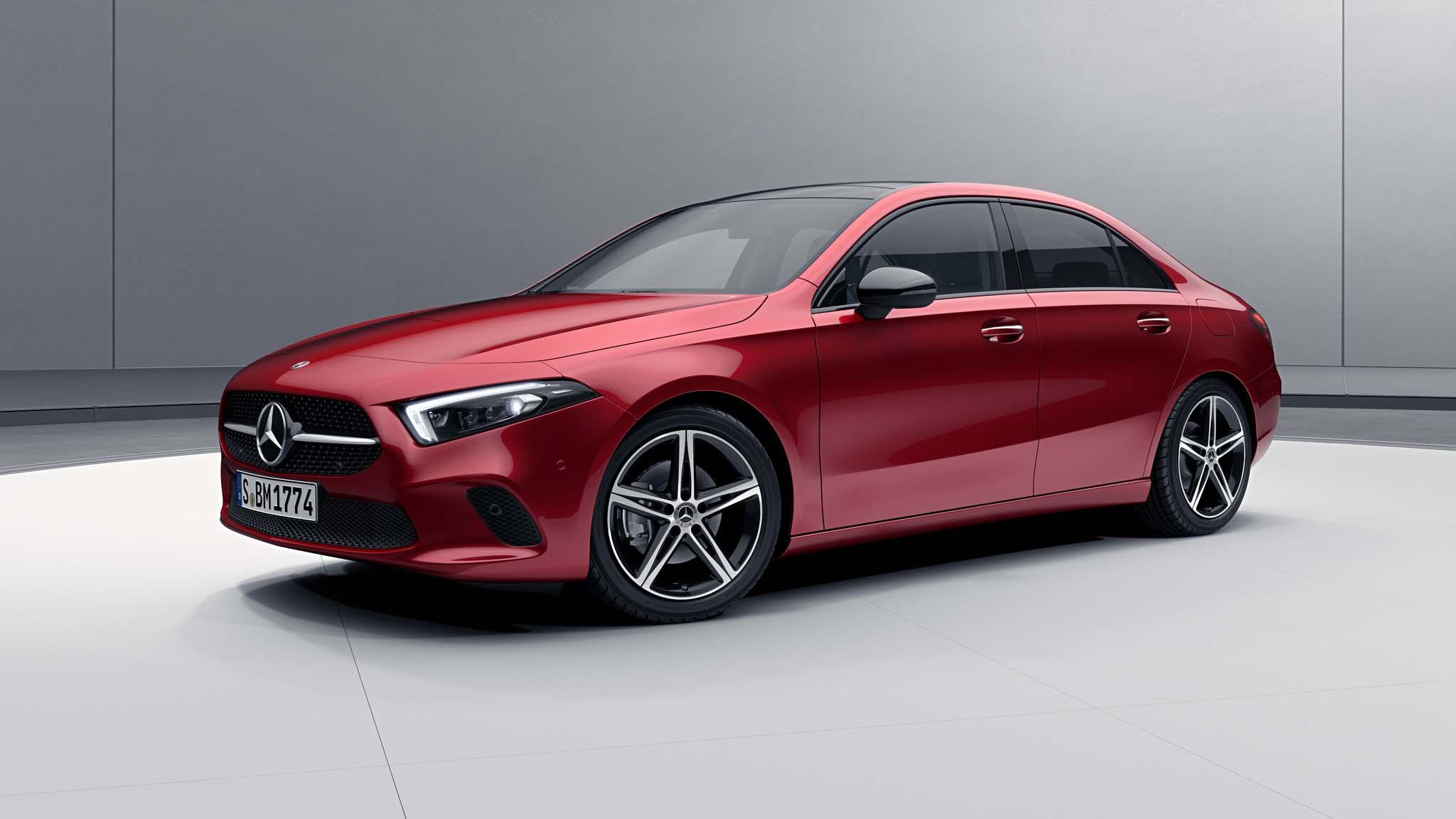 Vue de trois quarts de profil de la Mercedes Classe A Berline avec la peinture Designo Rouge Patagonie métallisé
