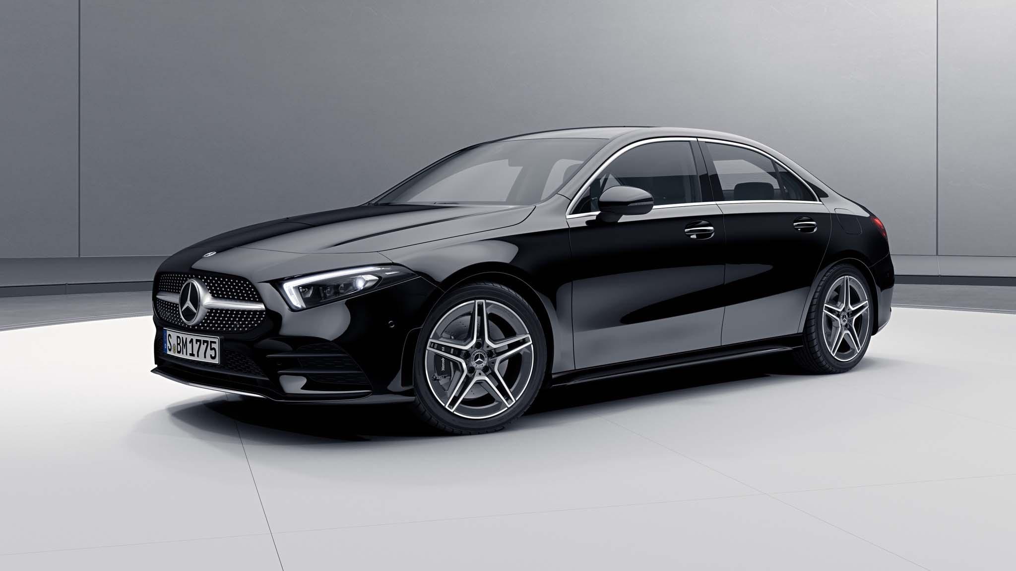 Vue de trois quarts de profil de la Mercedes Classe A berline avec la peinture Standard noir