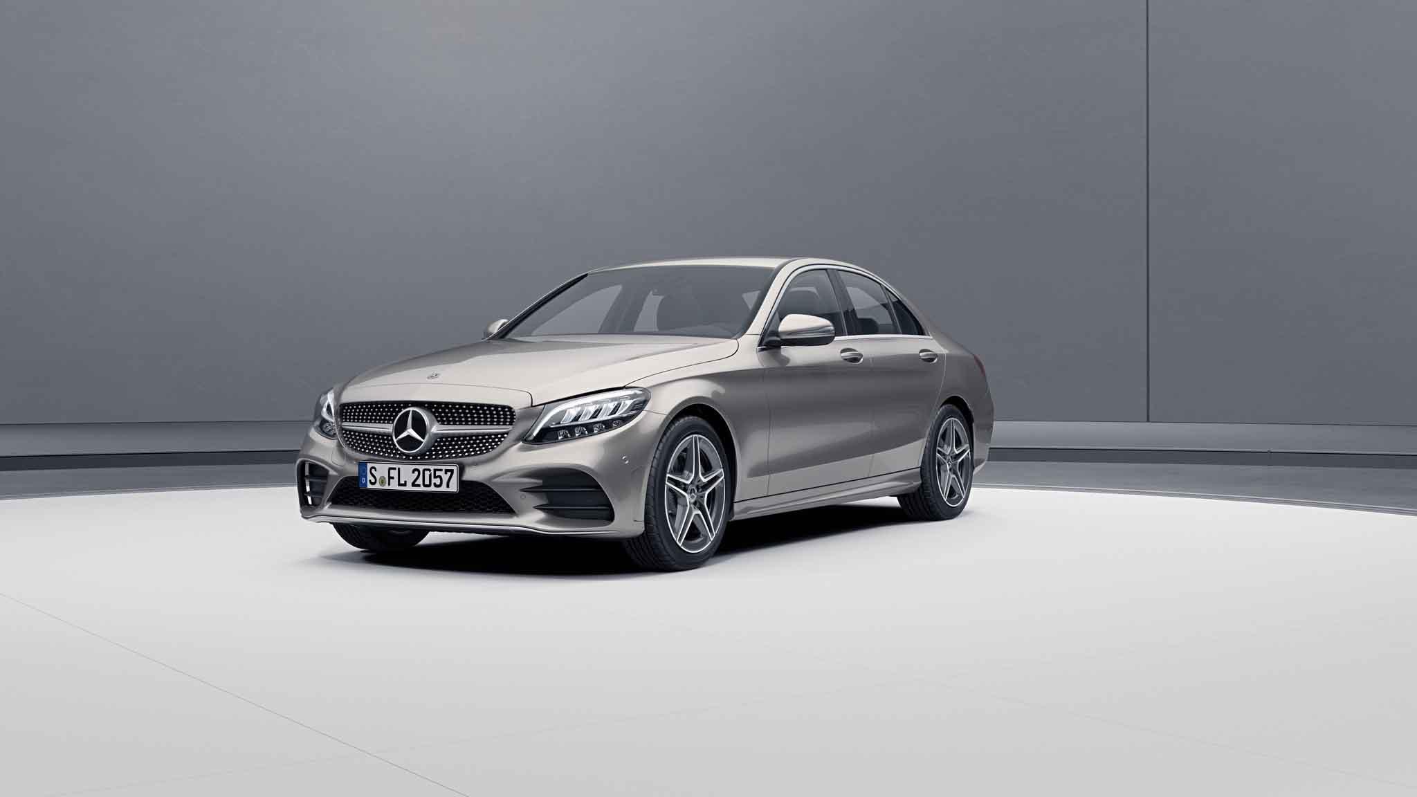 Vue de trois quarts de profil de la Mercedes-Benz Classe C Berline avec la peinture Métallisé - argent Mojave