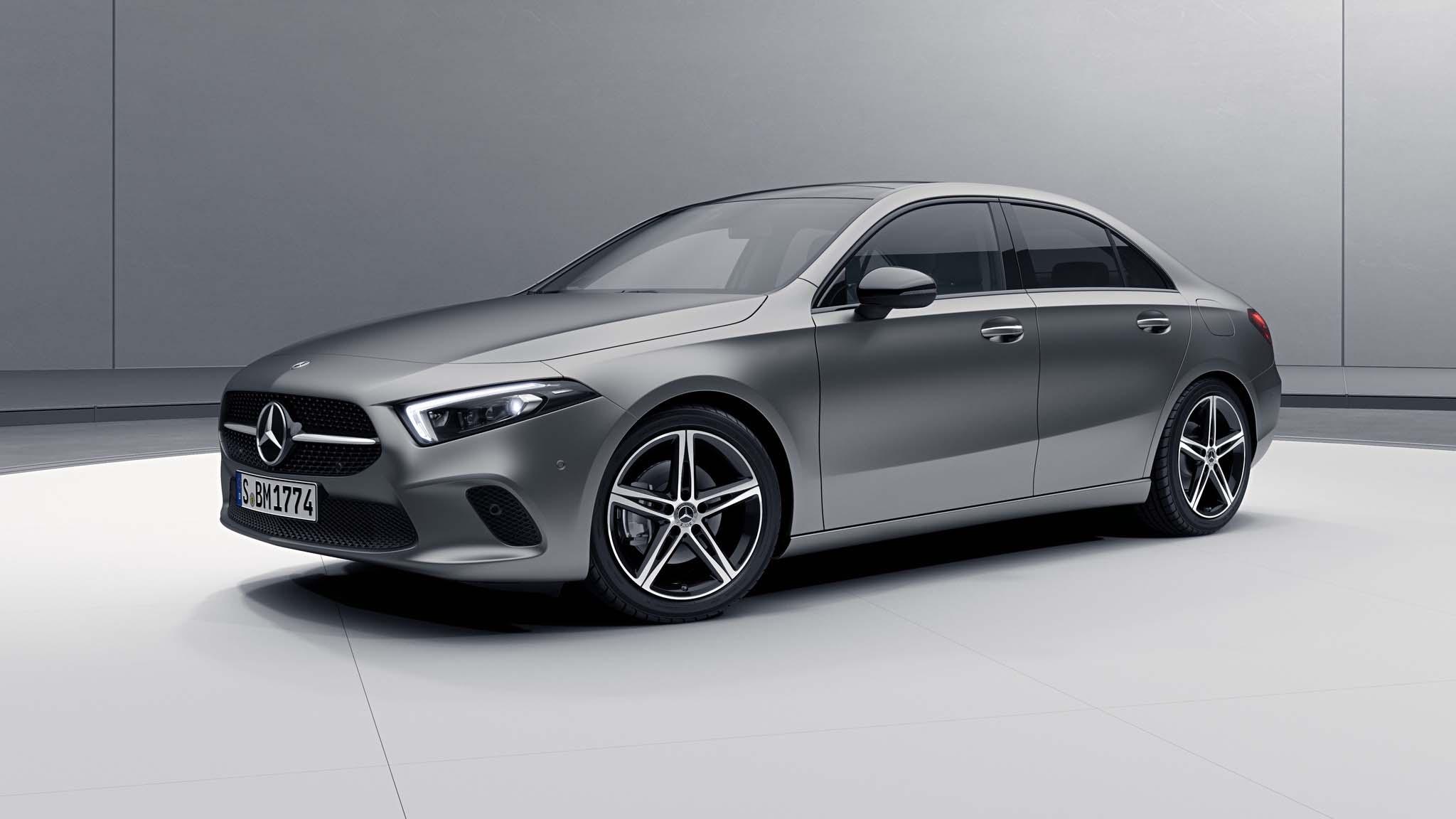 Vue de trois quarts de profil de la Mercedes Classe A Berline avec la peinture Designo - Gris Montagne Magno