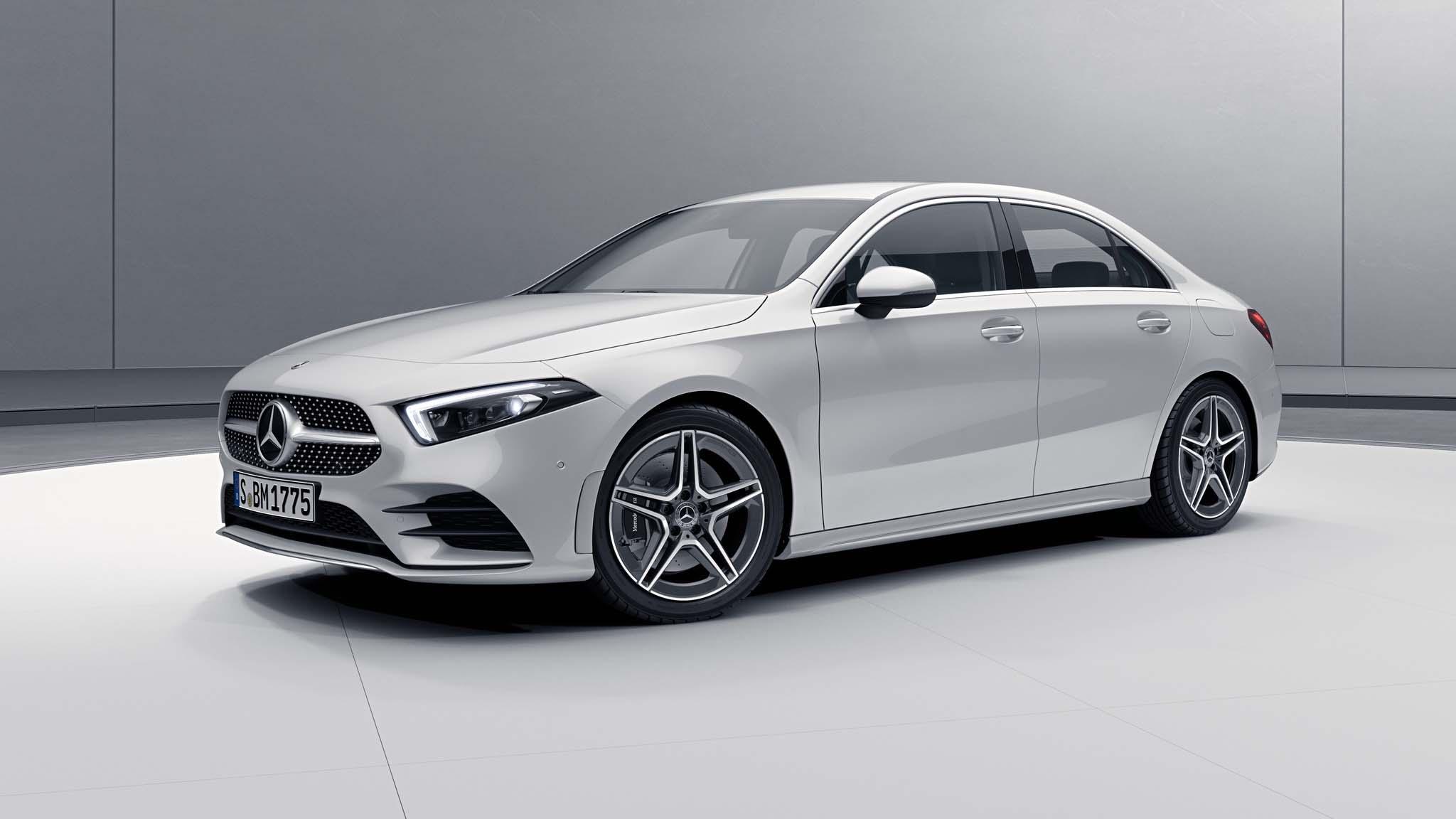 Vue de trois quarts de profil de la Mercedes Classe A Berline avec la peinture Métallisé blanc numérique