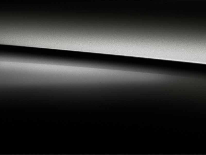 Vue de trois quarts de profil de la Mercedes Classe A Berline avec la peinture Métallisé - Noir Cosmos