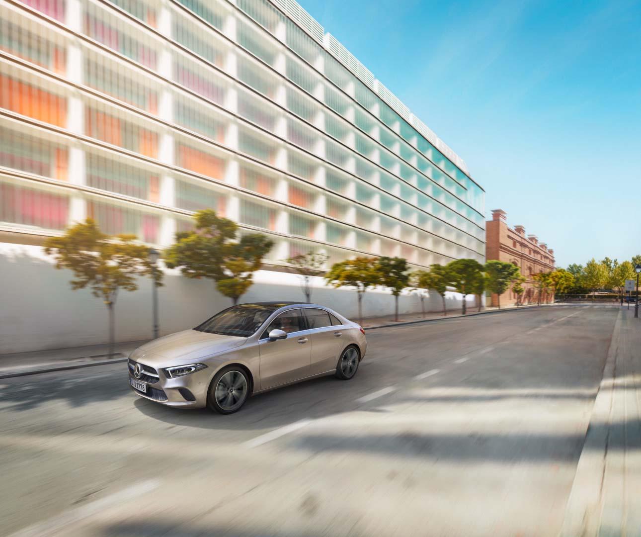 Mercedes Classe A Berline Blanche en mouvement - vue de trois quarts du profil