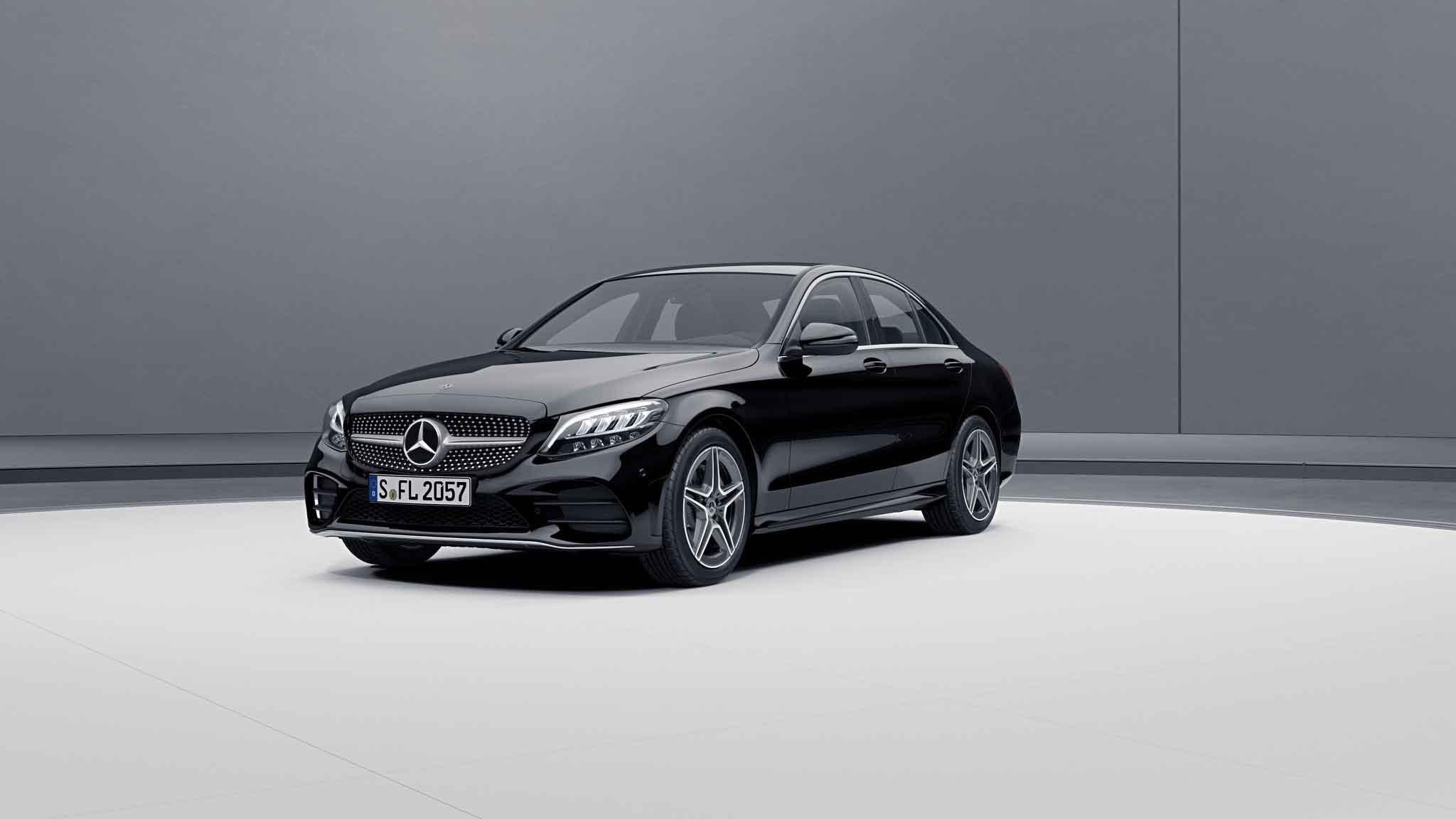 Vue de trois quarts de profil de la Mercedes Classe C berline avec la peinture Standard noir
