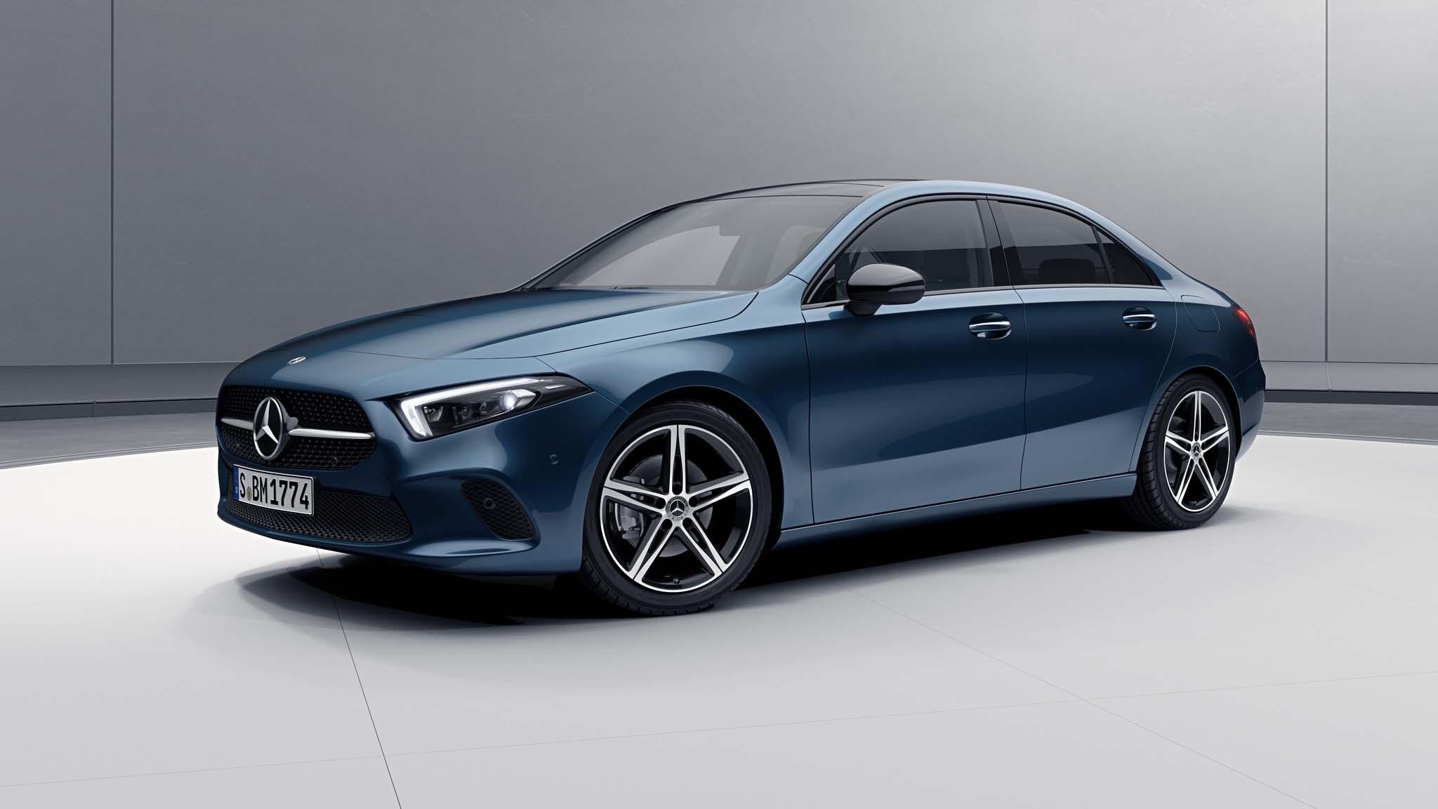 Vue de trois quarts de profil de la Mercedes Classe A Berline avec la peinture Métallisé - Blue Denim