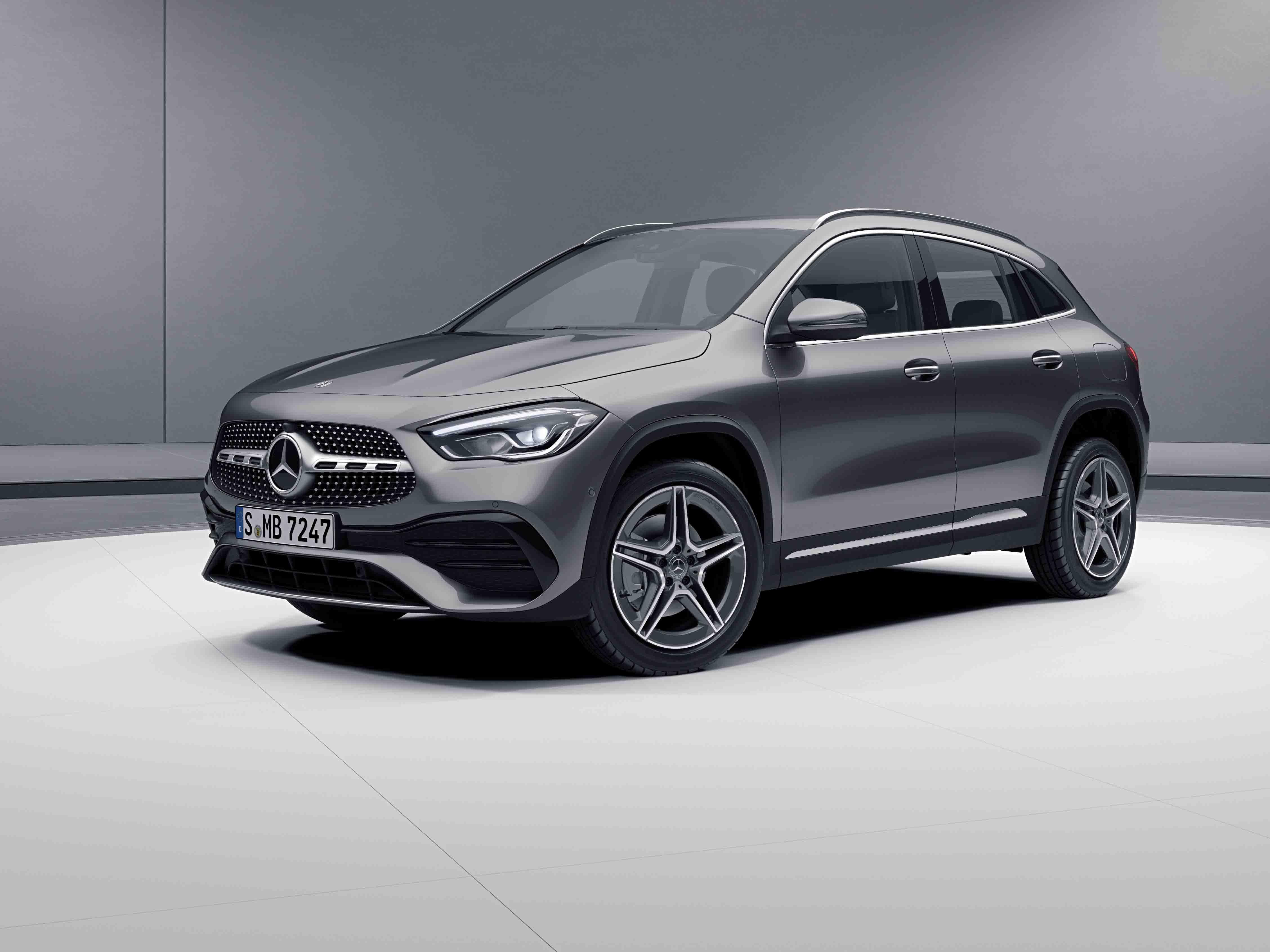 Vue de trois quarts de profil de la Mercedes GLA avec la peinture Métallisé - gris montagne