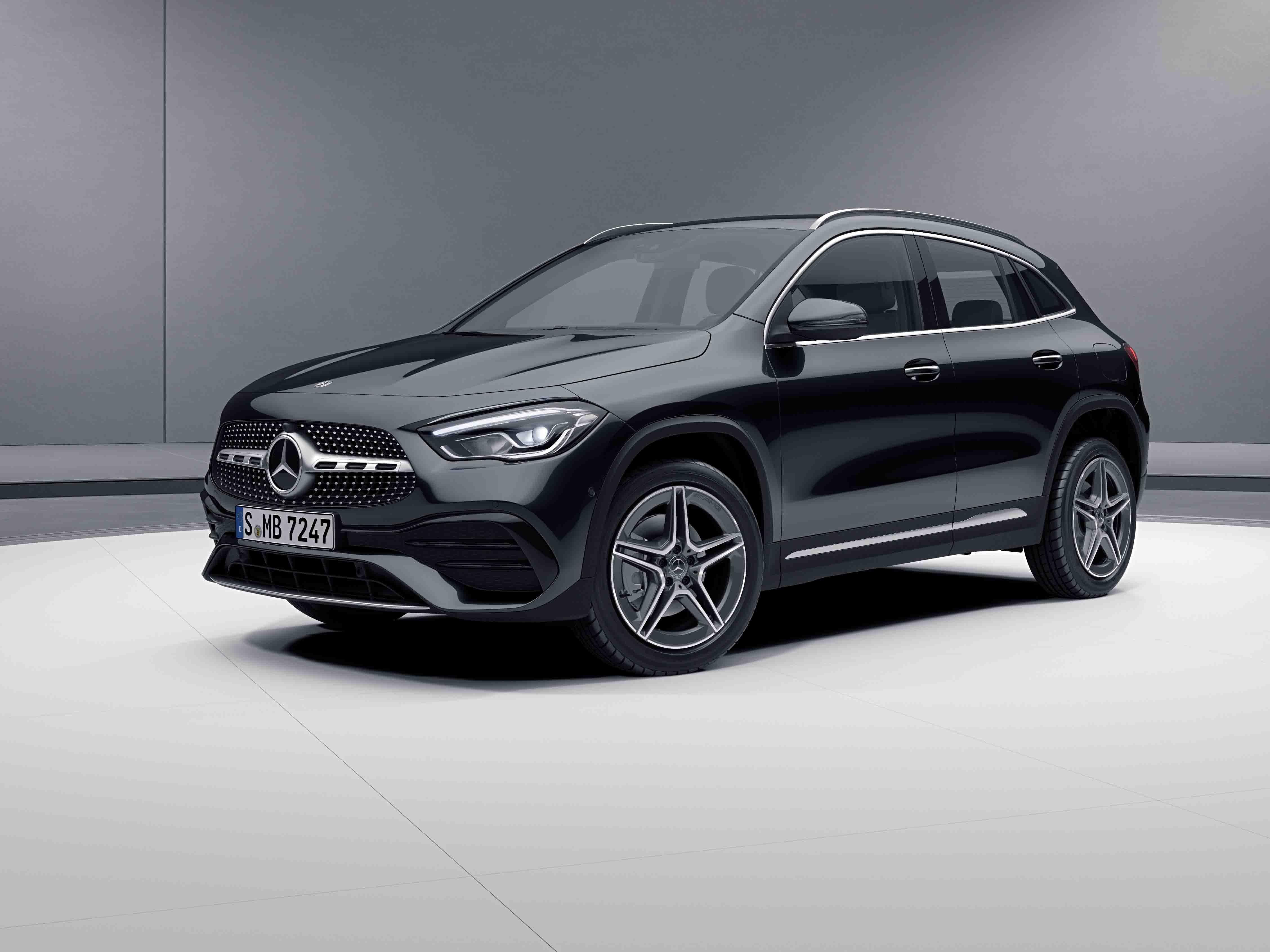 Vue de trois quarts de profil de la Mercedes GLA Limousine avec la peinture Métallisé - noir cosmos