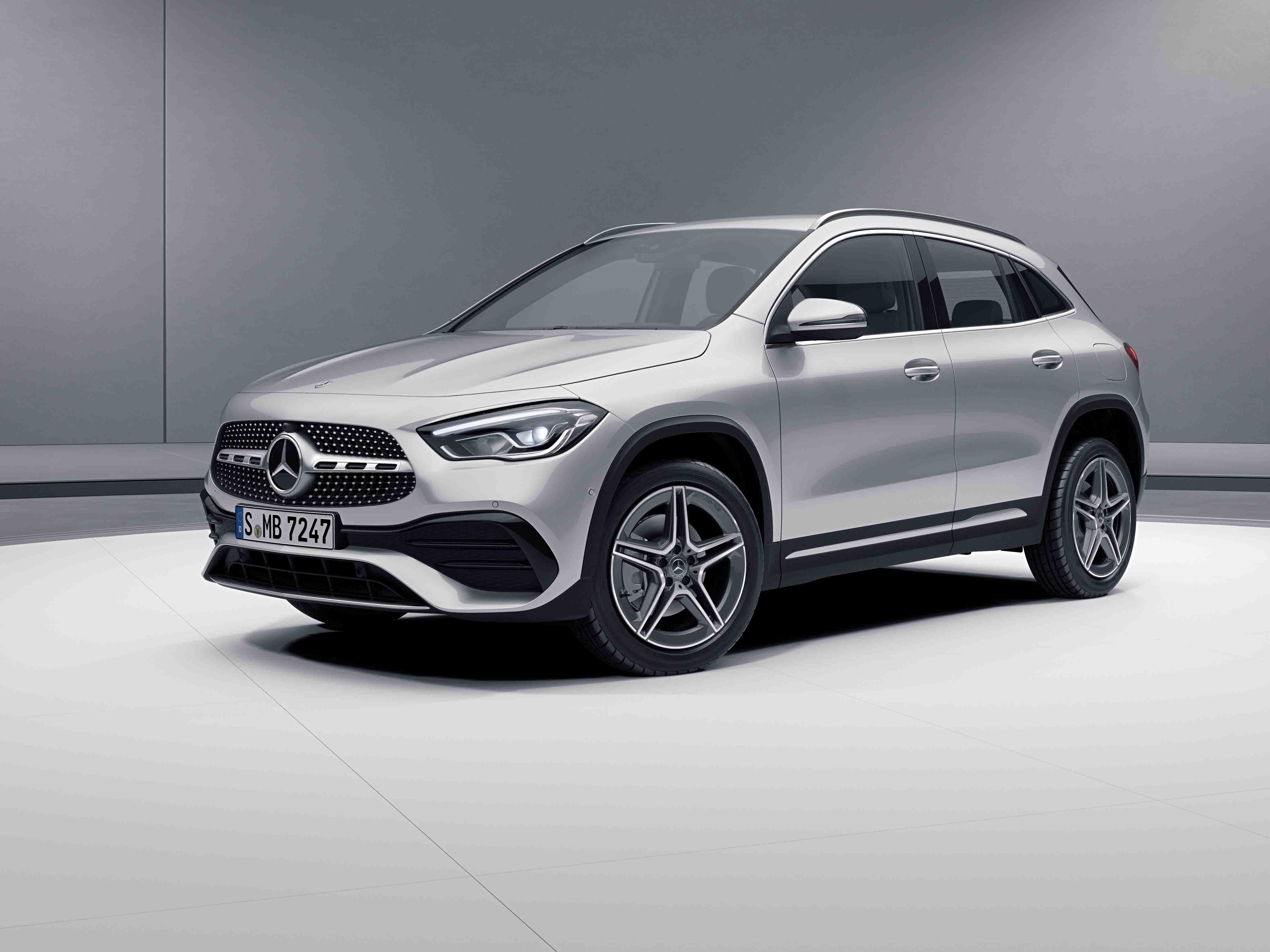 Vue de trois quarts de profil de la Mercedes GLA avec la peinture Métallisé - Argent Iridium