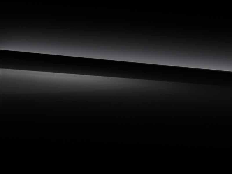 Vue de trois quarts de profil de la Mercedes GLA avec la peinture standard - noir