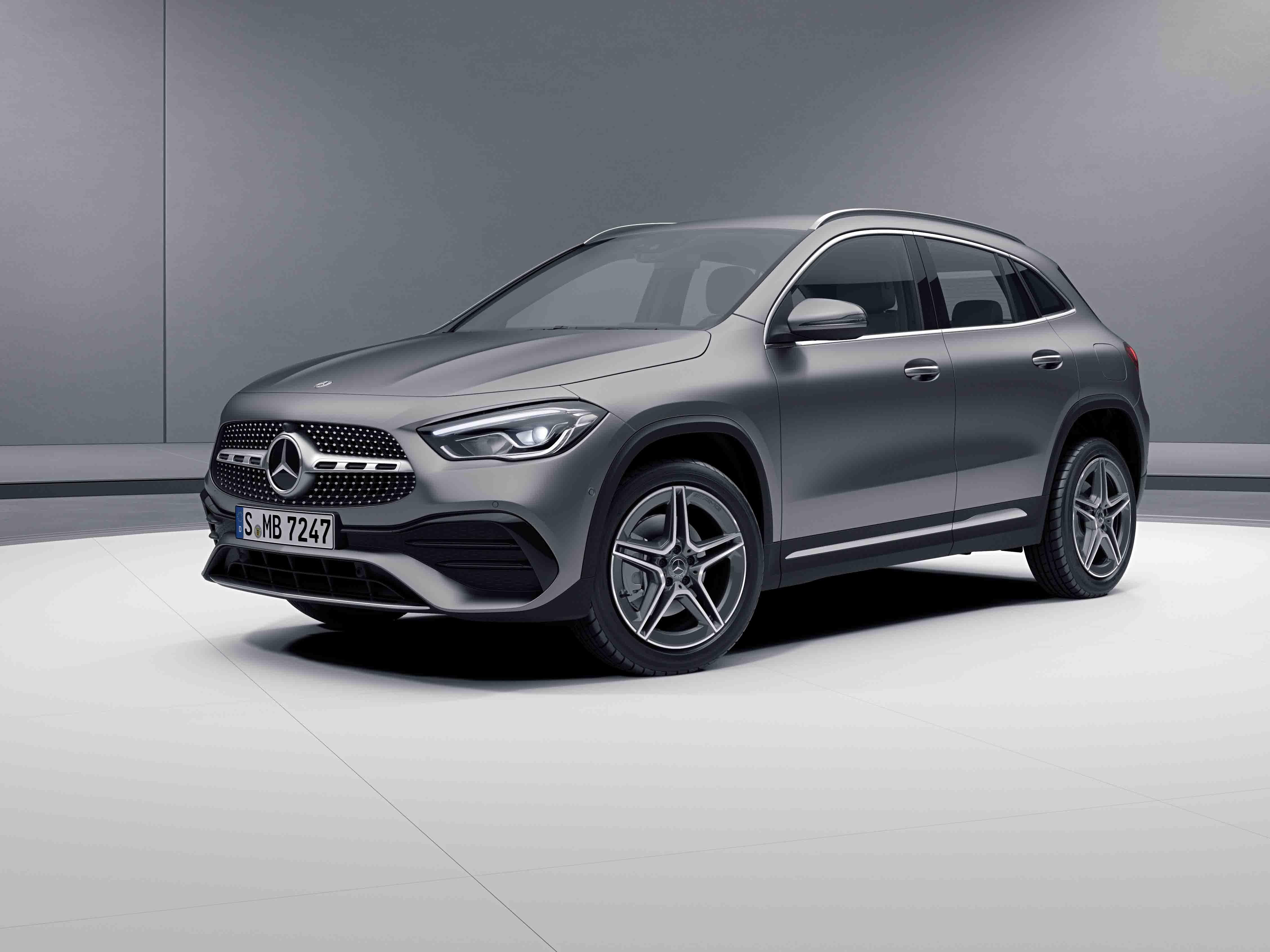 Vue de trois quarts de profil de la Mercedes-Benz GLA avec la peinture designo - gris montagne magno