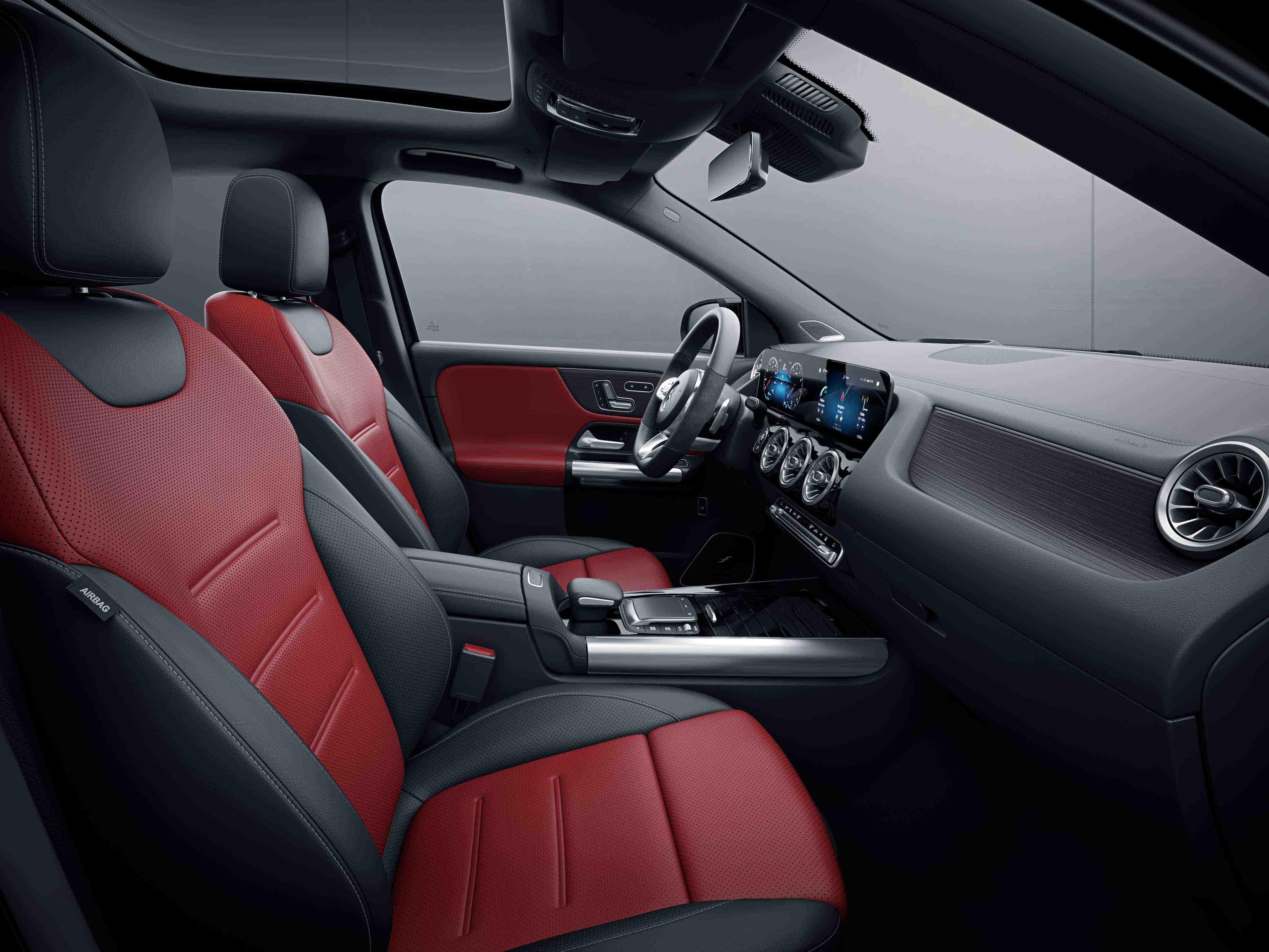 Habitacle de la Mercedes Classe GLA avec une Sellerie cuir bicolore - rouge noir