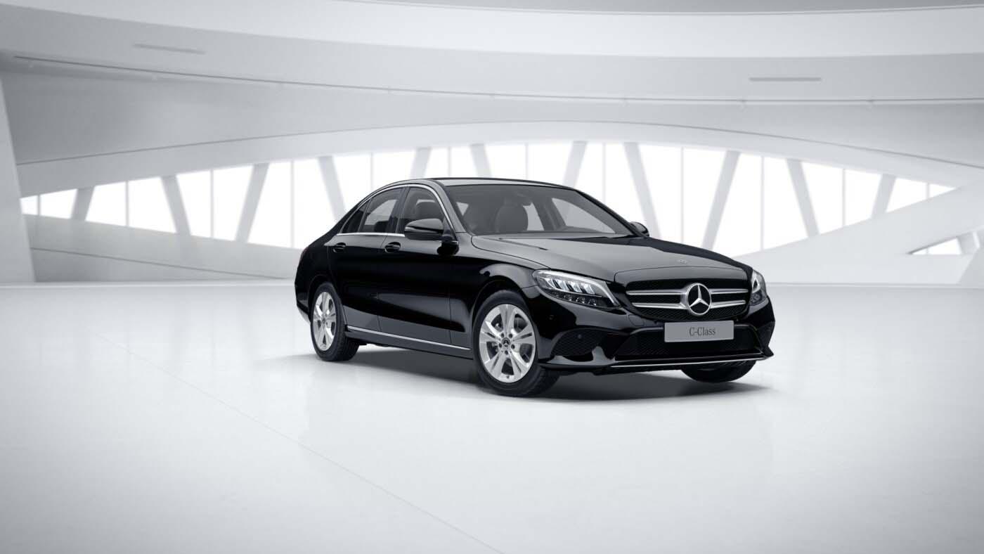 Mercedes Benz Classe C Berline noire Finition Avantgarde : Vue de trois quarts de profil à l'arrêt