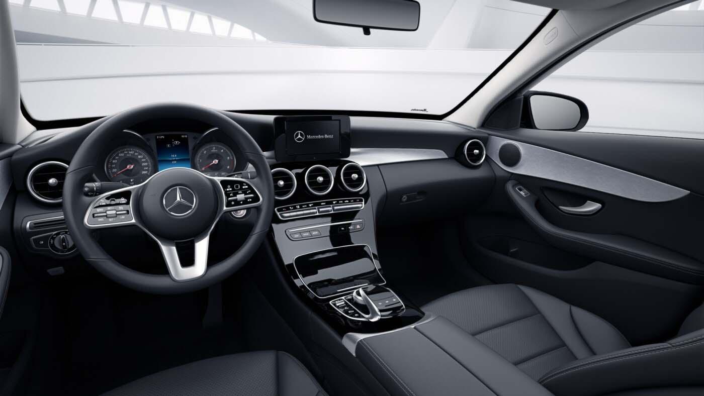 Poste de conduite de la Mercedes Classe C Berline Avantgarde avec vue sur les écrans tactiles, sellerie et la console centrale