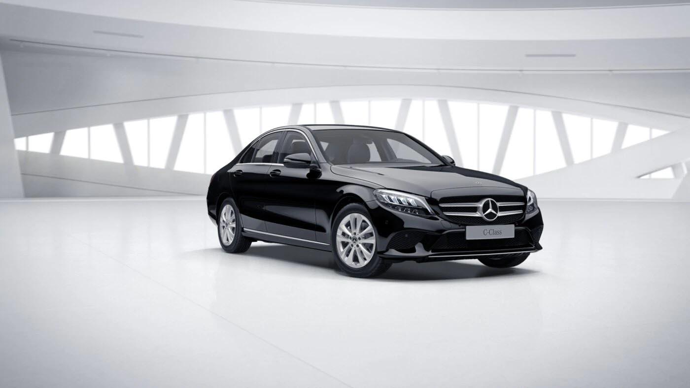 Mercedes Benz Classe C Berline noire Finition Avantgarde plus  : Vue de trois quarts de profil à l'arrêt