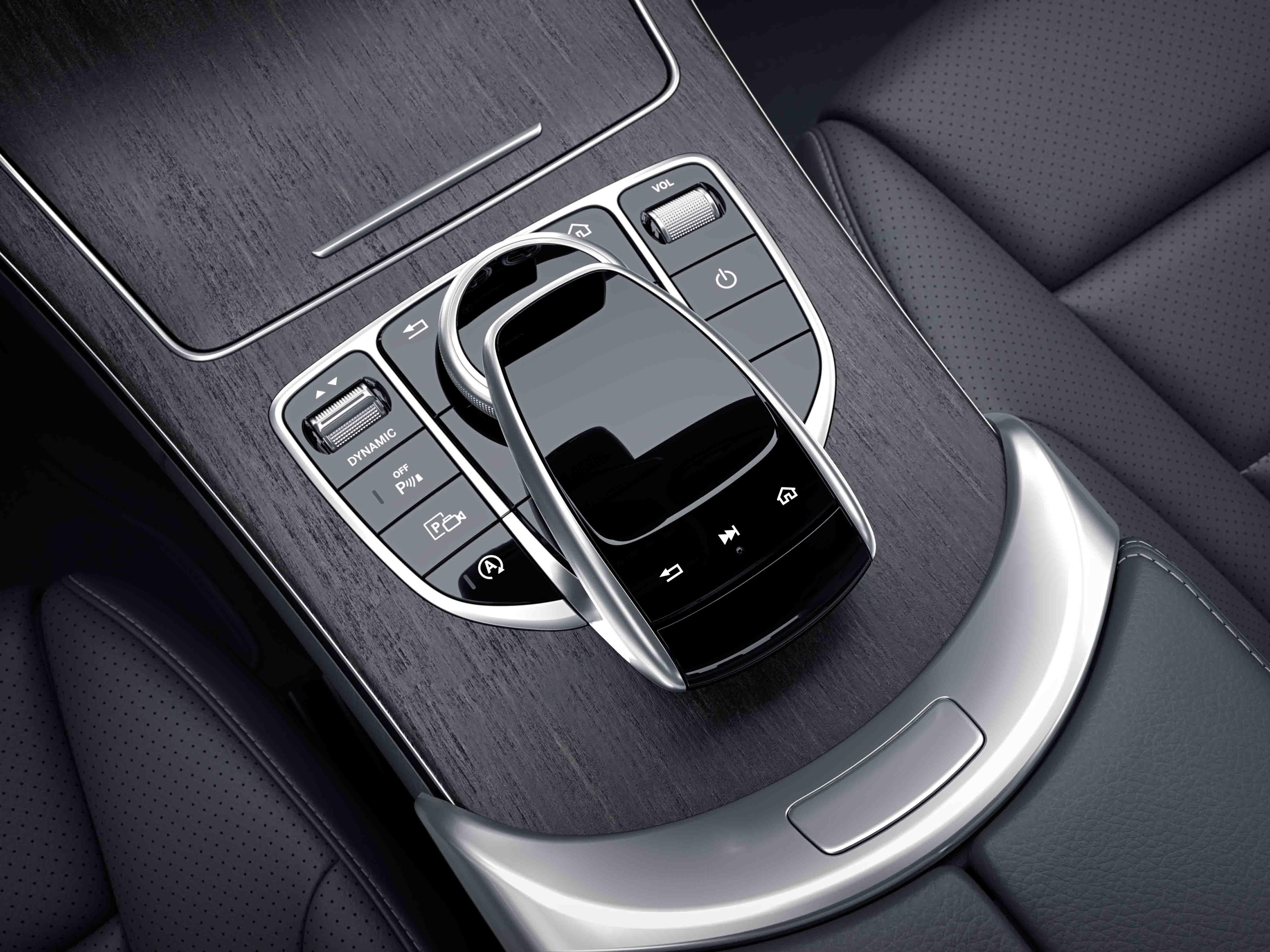 Bas de la console centrale de la Mercedes-Benz Classe C Berline Avantgarde