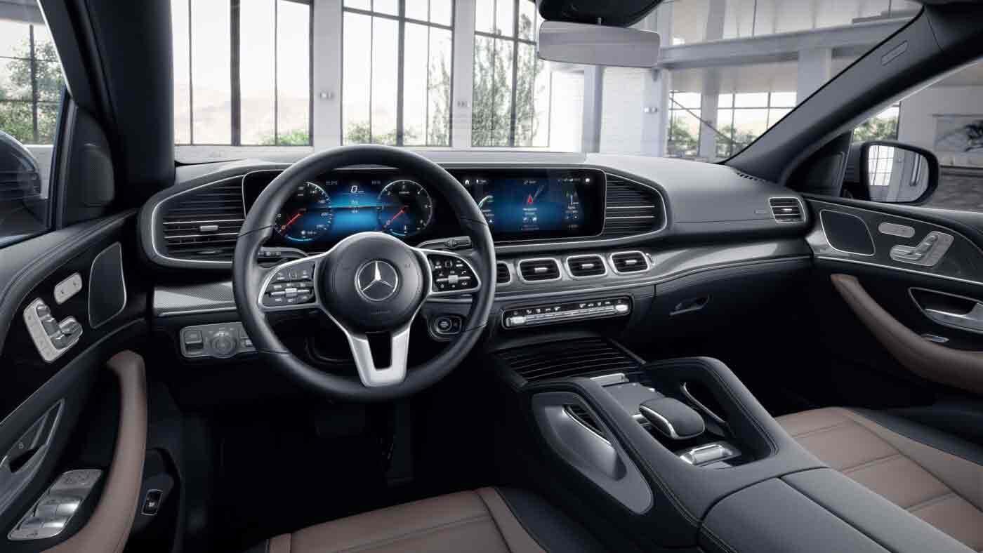 Poste de conduite de la Mercedes GLE Coupé Finition AMG Line avec vue sur l'écran tactile, sellerie et la console centrale - couleur marron