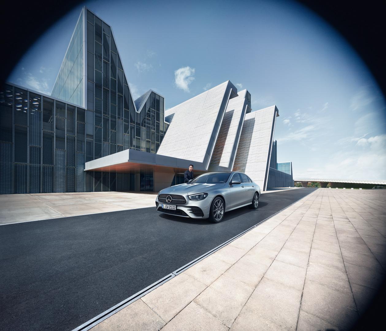 Mercedes Classe E Berline Grise en mouvement avec vue de trois quarts de profil