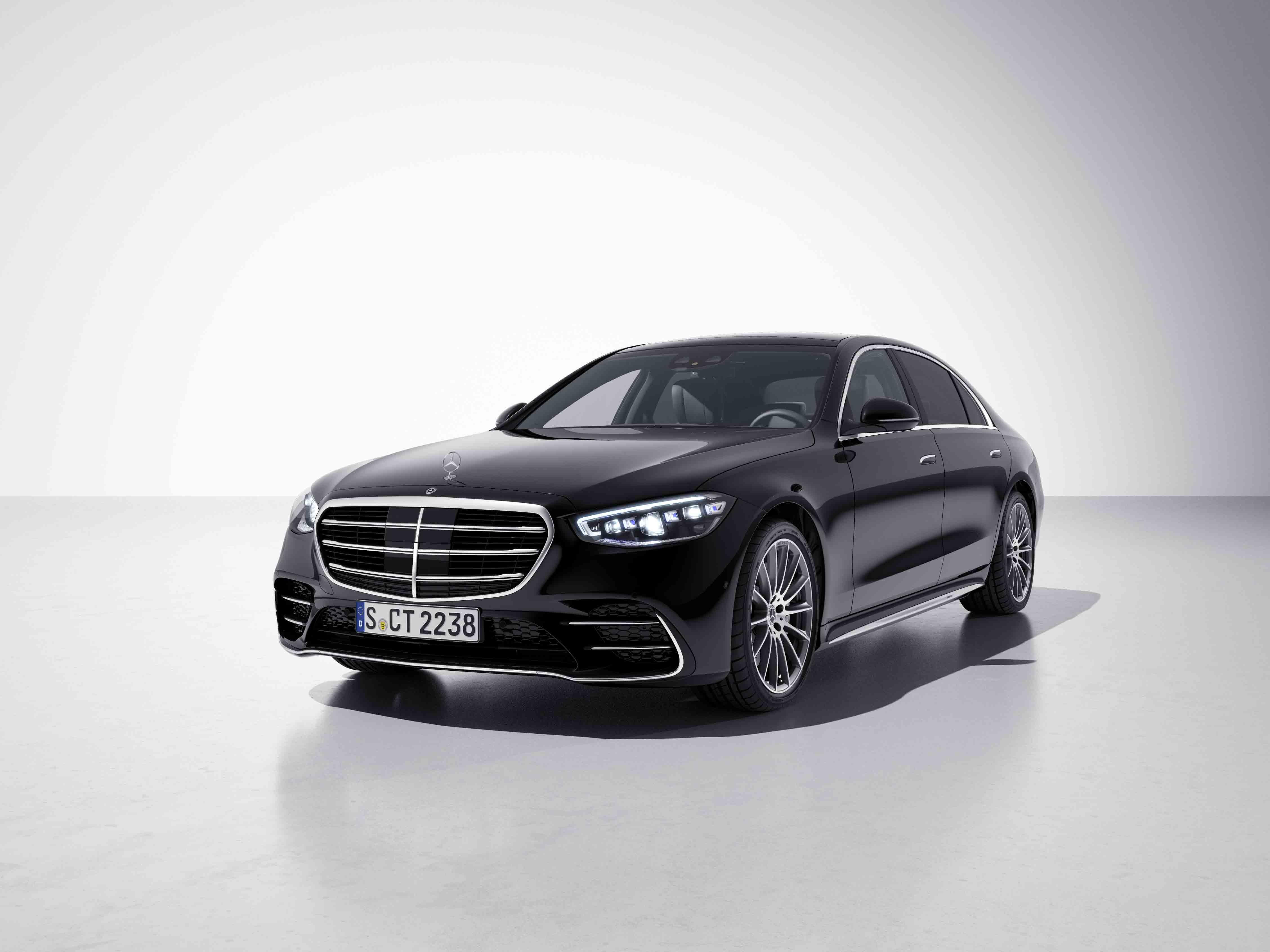 Vue de trois quarts de profil de la Mercedes Classe S Limousine avec la peinture Métallisé noir magnetie