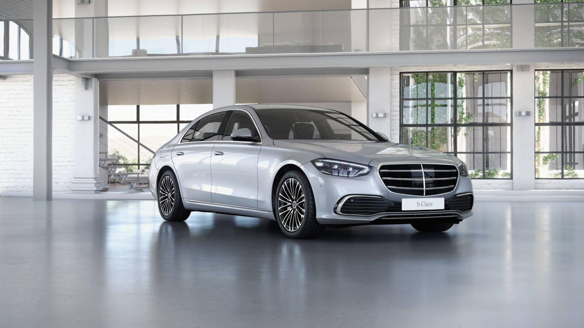 Mercedes Benz Classe S Limousine noire Finition Business : Vue de trois quarts de profil à l'arrêt