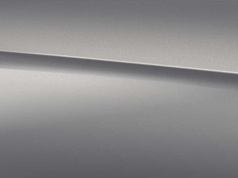 Vue de trois quarts de profil de la Mercedes Classe C Berline avec la peinture Métallisé noir rubis