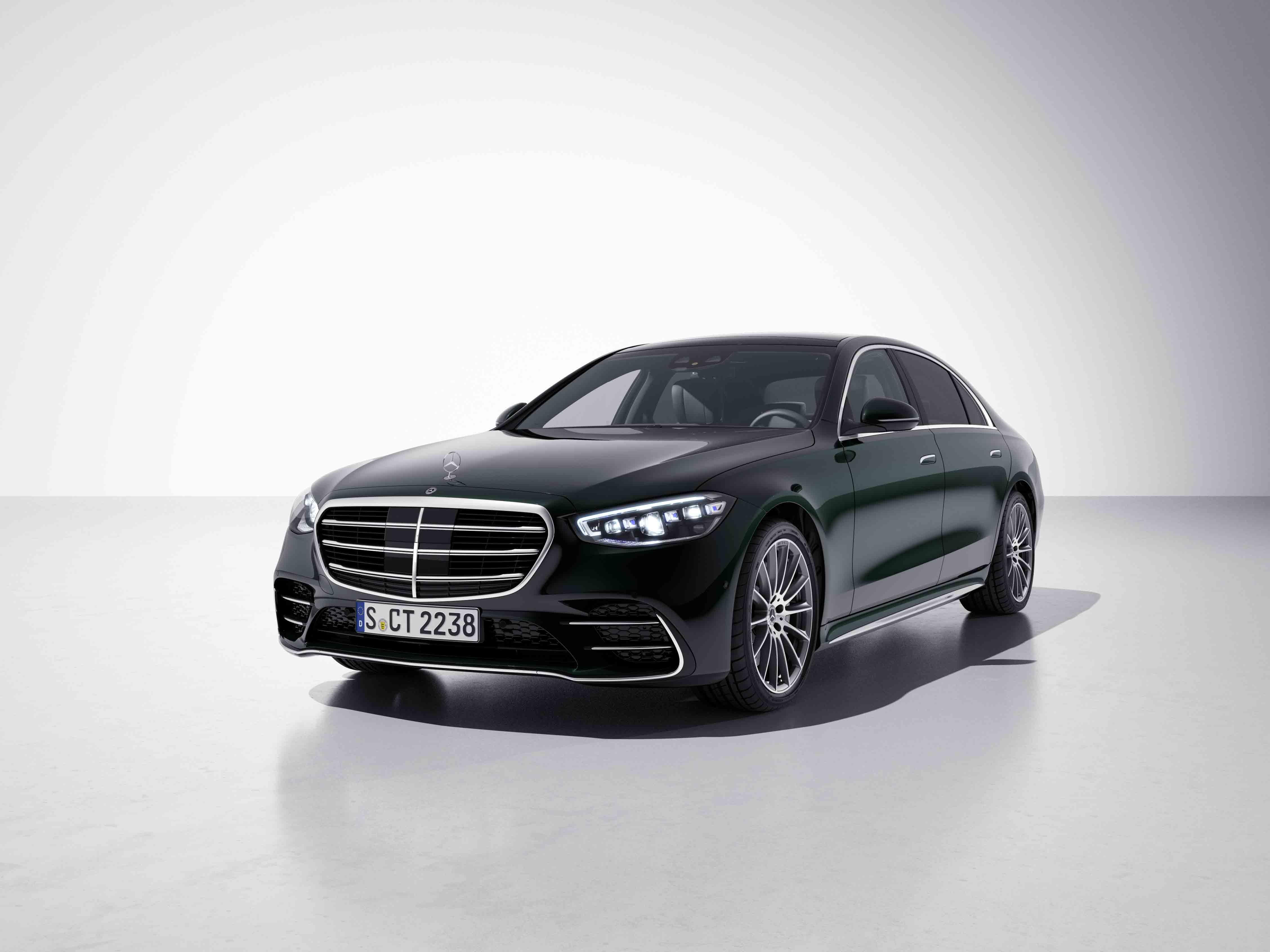 Vue de trois quarts de profil de la Mercedes-Benz Classe S Limousine avec la peinture Métallisé Vert Emeraude