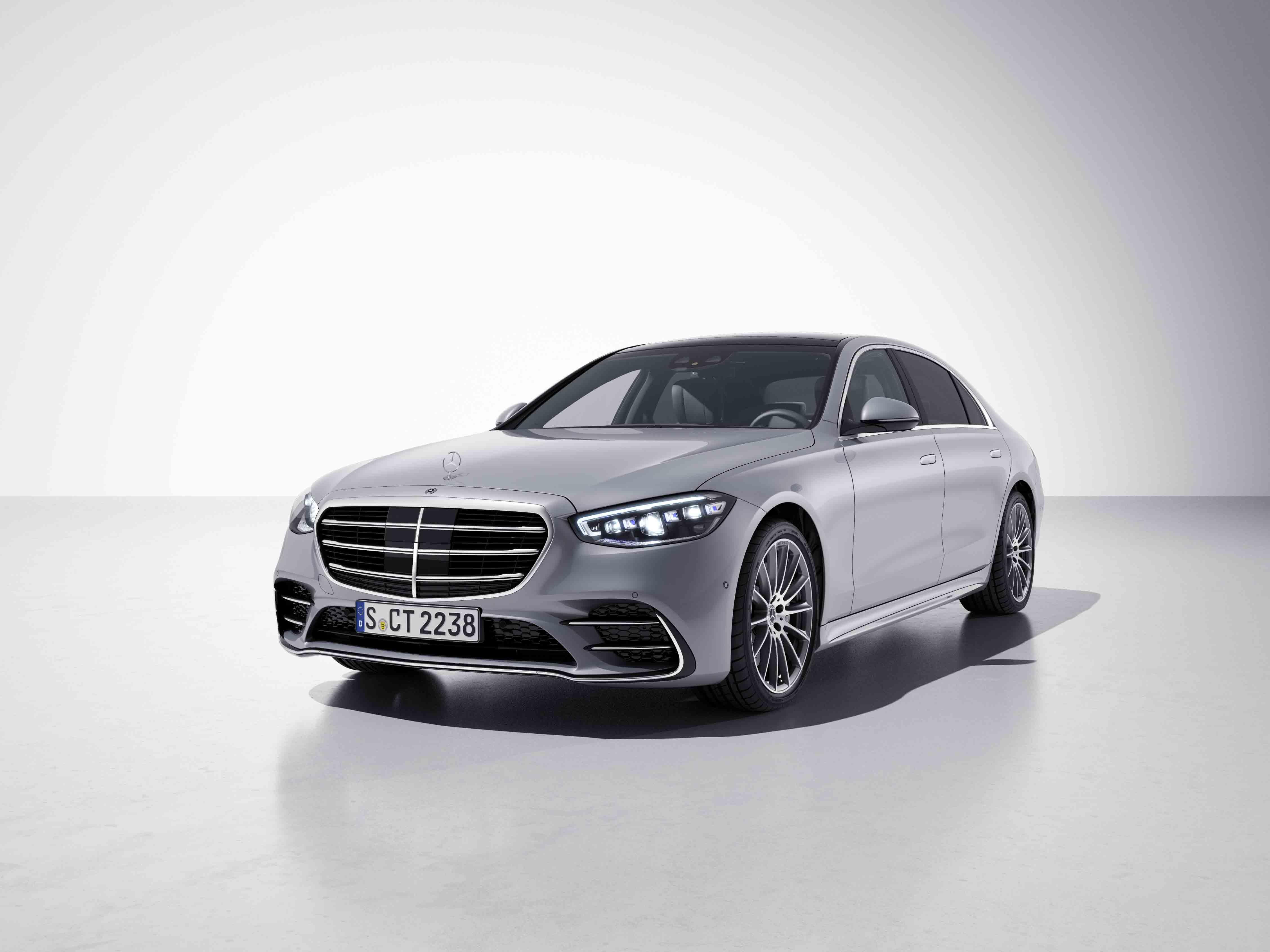 Vue de trois quarts de profil de la Mercedes-Benz Classe C Berline avec la peinture Métallisé - argent diamant