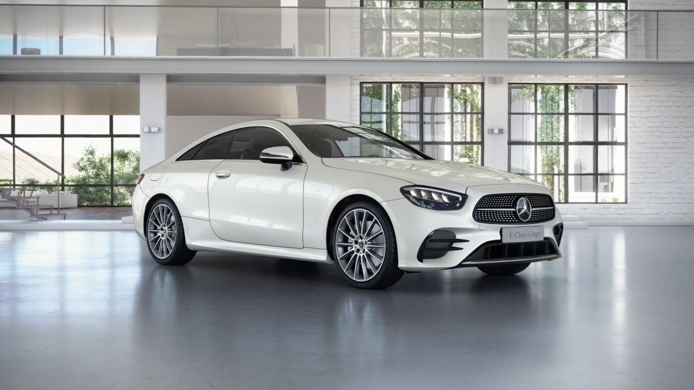 Mercedes-Benz Classe E Finition AMG Line Plus, Vue de trois quarts de profil de l'avant en mouvement