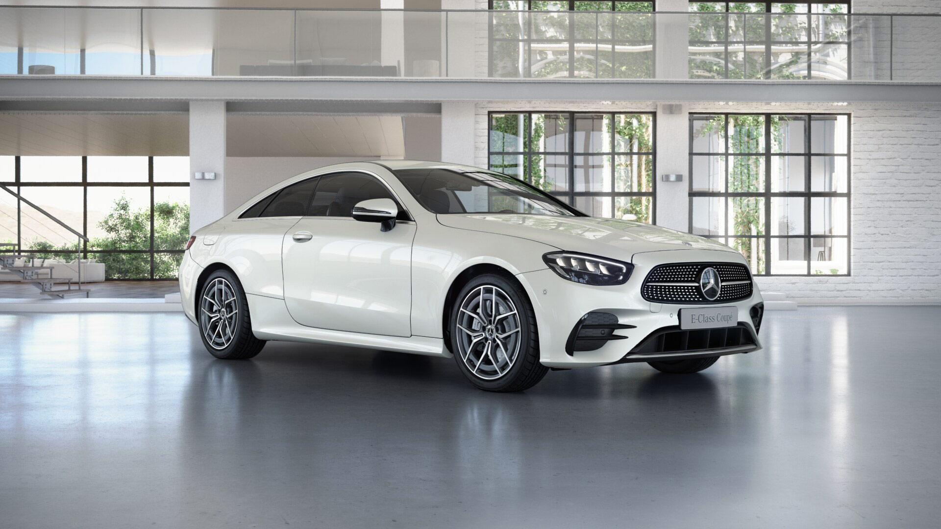 Mercedes-Benz Classe E Finition AMG Line, Vue de trois quarts de profil de l'avant en mouvement