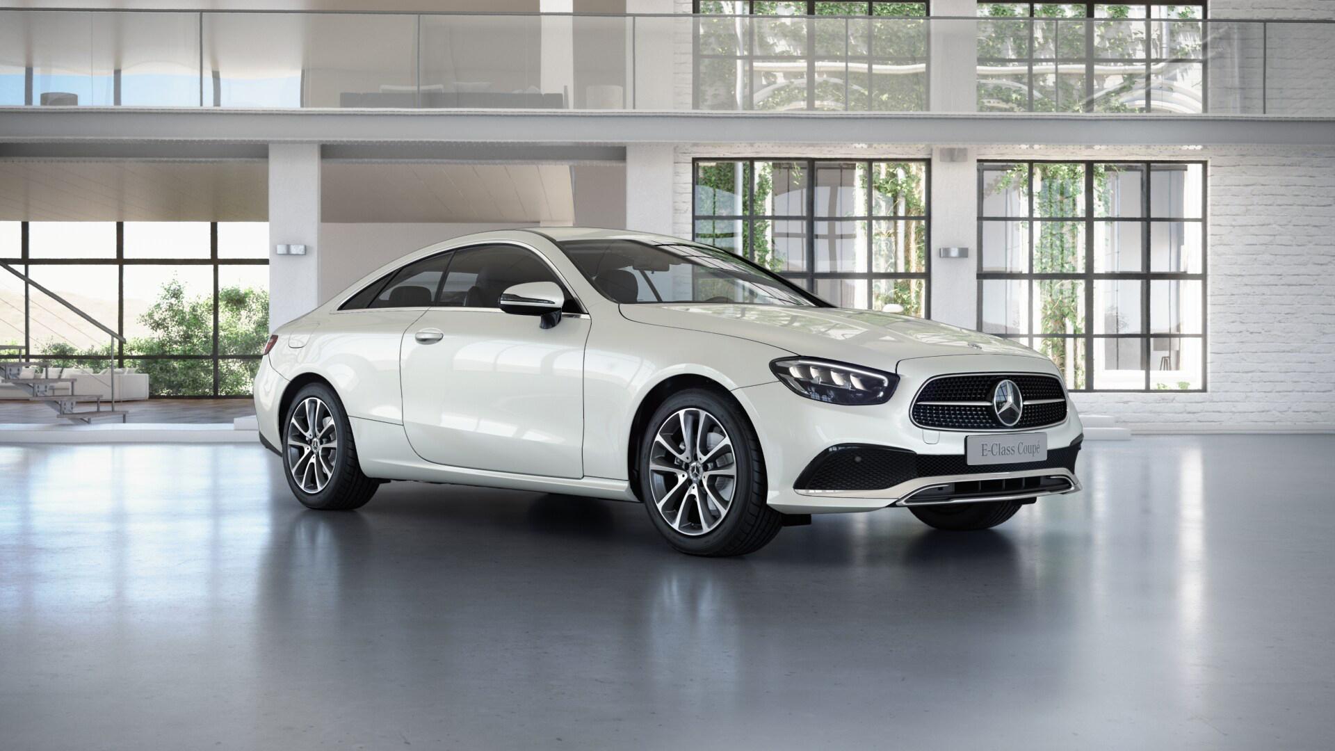 Mercedes-Benz Classe E Finition Avantgarde, Vue de trois quarts de profil de l'avant en mouvement