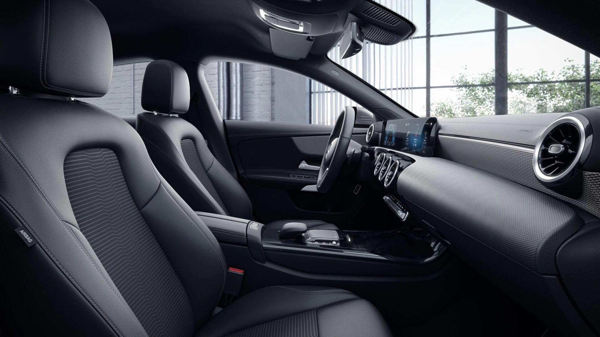 Poste de conduite de la Mercedes CLA Finition Progressive avec vue sur l'écran tactile, sellerie et la console centrale