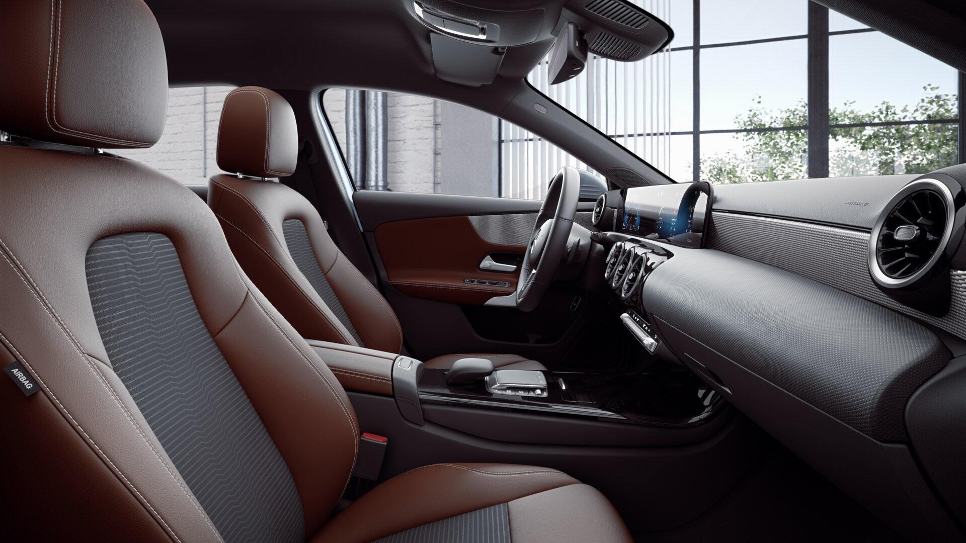 Poste de conduite de la Mercedes Classe A berline avec vue sur les écrans tactiles, sellerie et la console centrale - Finition Progressive