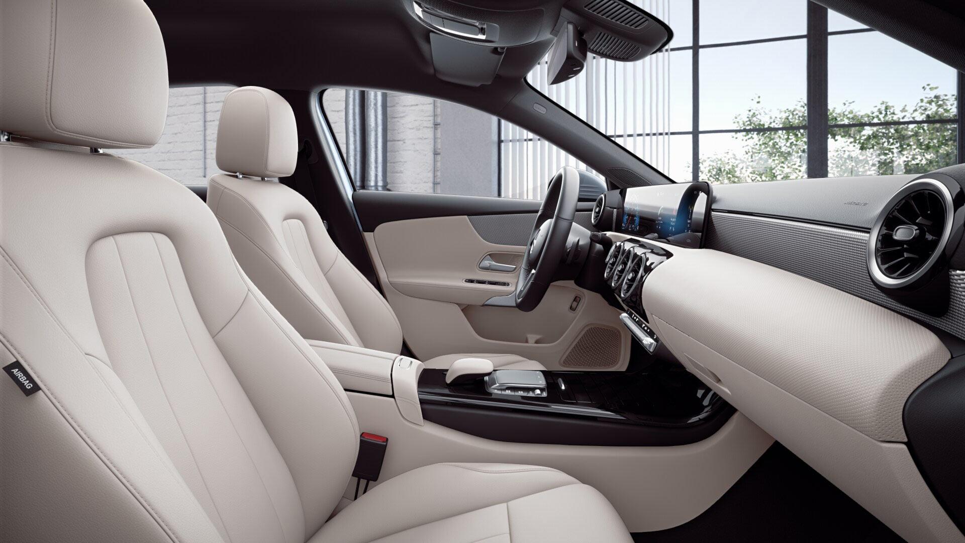 Poste de conduite de la Mercedes Classe A berline avec vue sur les écrans tactiles, sellerie et la console centrale