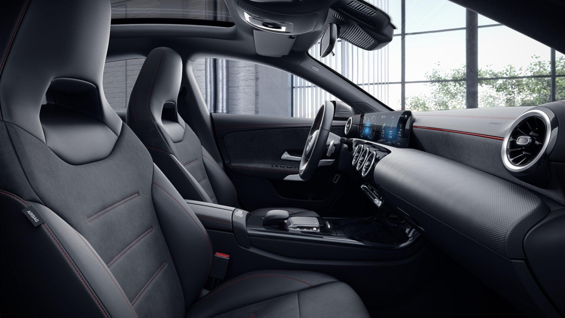 Poste de conduite de la Mercedes CLA Finition AMG Line avec vue sur l'écran tactile, sellerie et la console centrale