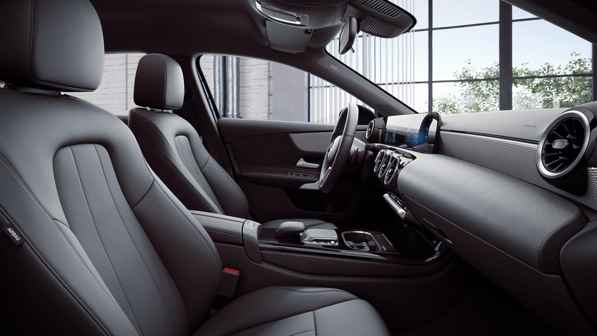Poste de conduite de la Mercedes GLA Style avec vue sur l'écran tactile, sellerie et la console centrale